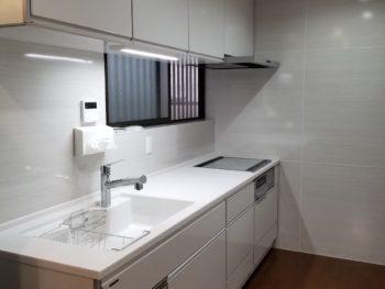 キッチンは白を基調に、建具は既存の類似色で統一感のあるシンプルかつ大胆に