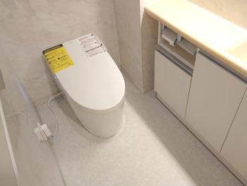 空間がすっきりと広く タンクレストイレへ取替工事です。