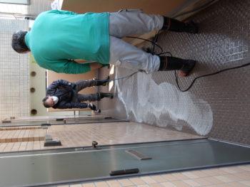神戸市灘区 賃貸マンション共用廊下をポリッシャーを使っての清掃